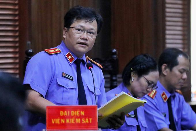 Hơn một ngày làm việc, đại diện VKS thay nhau công bố cáo trạng gồm 161 trang. Ảnh: Quỳnh Trần.