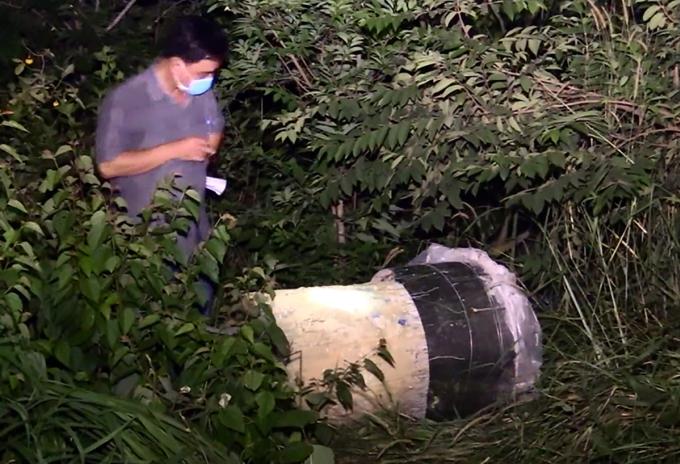 Thi thể của nạn nhân được nhóm nghi can phi tang trong thùng nhựa, đổ bê tông vào. Ảnh: Nguyệt Triều