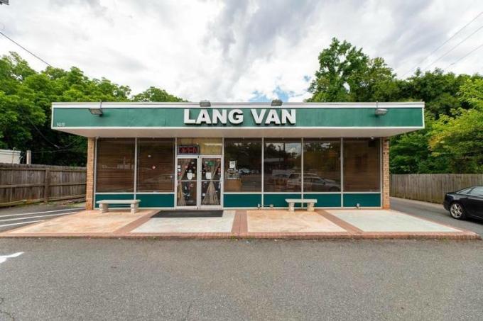 Nhà hàng Việt Lang Van ở phía đông thành phố Charlotte, bang Bắc Carolina, Mỹ. Ảnh: Charlotte Five