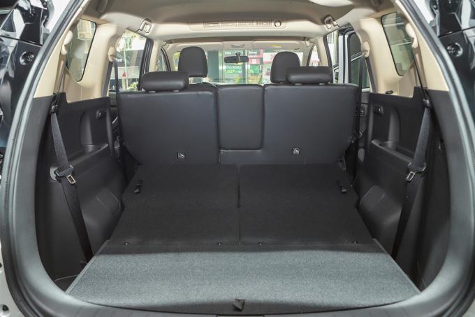 Hàng ghế thứ ba trên mẫu Ertiga có thể linh động gập phẳng để tăng không gian chứa đồ. Ảnh: Thành Nguyễn