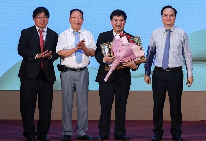 PGS Nguyễn Tấn Dũng nhận giải từ Ban tổ chức. Ảnh: NX