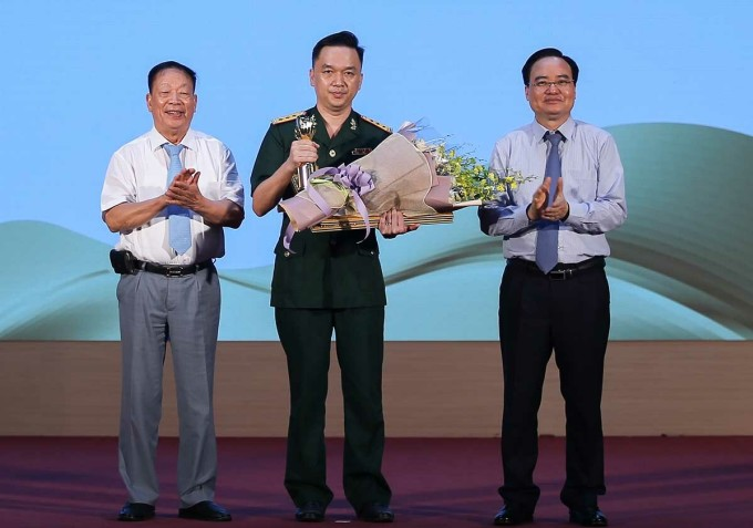 Bộ trưởng Giáo dục và Đào tạo Phùng Xuân Nhạ (phải) trao giải cho PGS Hồ Anh Sơn (giữa).