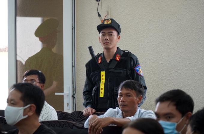 Phiên xử được bảo vệ nghiêm ngặt bởi 30 cảnh sát cơ động và công an tư pháp. Ảnh: Phước Tuấn.