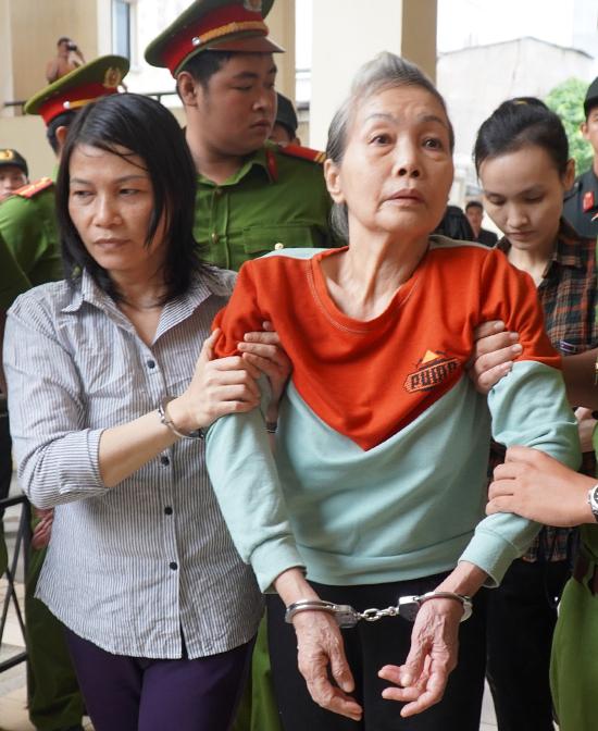 Bị cáo Trịnh Thị Hồng Hoa (phải) và hai đồng phạm được dẫn giải vào phòng xử án. Ảnh: Phước Tuấn.