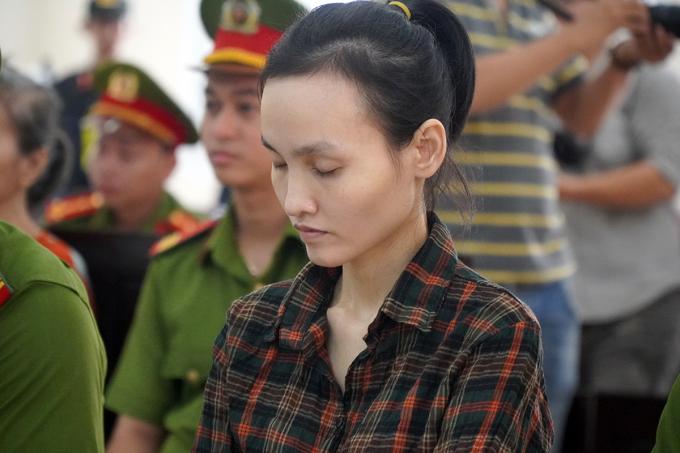 Bị cáo Lê Ngọc Phương Thảo thường xuyên nhắm mắt trong suốt phiên xử. Ảnh: Phước Tuấn.