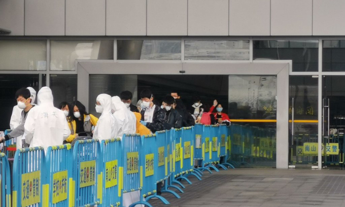 Hành khách được kiểm tra y tế tại cảng Thượng Hải, Trung Quốc, hồi tháng 3. Ảnh: NYTimes.