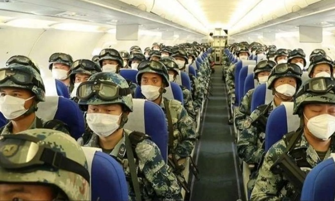 Binh sĩ Trung Quốc lên máy bay đến cao nguyên tây bắc hôm 6/6. Ảnh: CCTV.