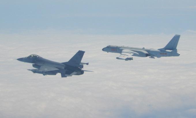 Tiêm kích Đài Loan (trái) giám sát oanh tạc cơ Trung Quốc hồi tháng 2. Ảnh: SCMP.