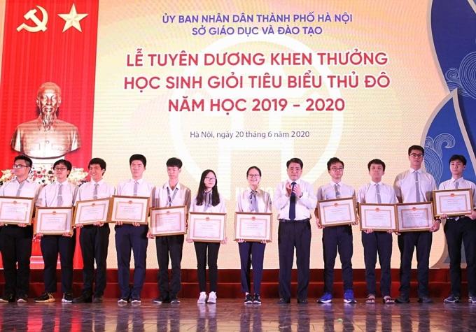 Hà Nội chi hơn 200 triệu đồng khen thưởng học sinh