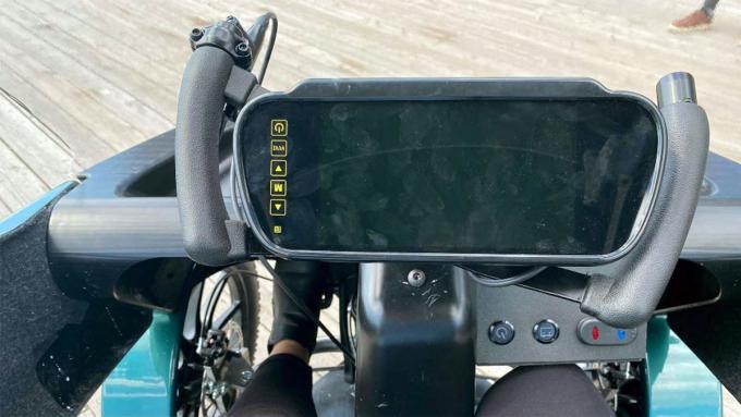 Tay lái cũng là kiểu của xe đạp, với một màn hình lớn. Ảnh: CityQ
