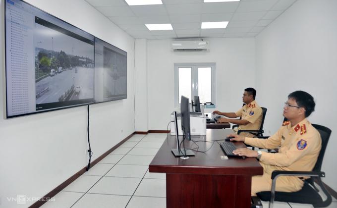 Cảnh sát dùng máy tính bảng theo dõi giao thông trên cao tốc