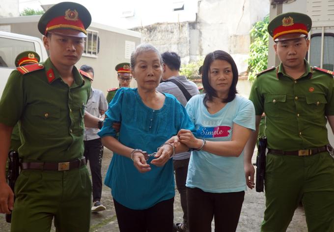 Bị cáo Tâm Huyên (phải) và Hồng Hoa đến tòa sáng nay. Ảnh: Phước Tuấn.