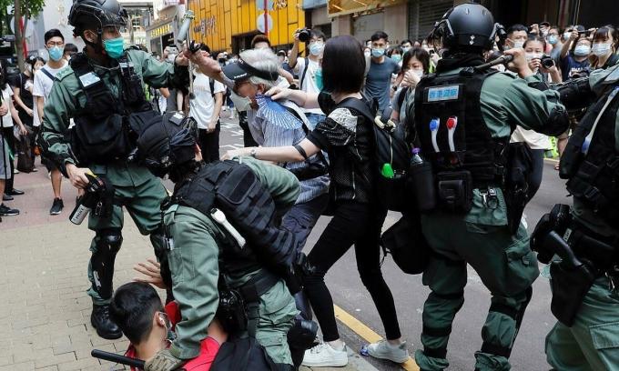 Người biểu tình đụng độ với cảnh sát ở Hong Kong hôm 27/5. Ảnh: Reuters.