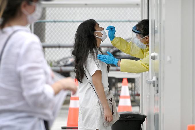 Nhân viên y tế lấy mẫuxét nghiệm nCoV ở một điểm xét nghiệm tại quận Queens, thành phốNewYork, hôm 25/6. Ảnh: Reuters