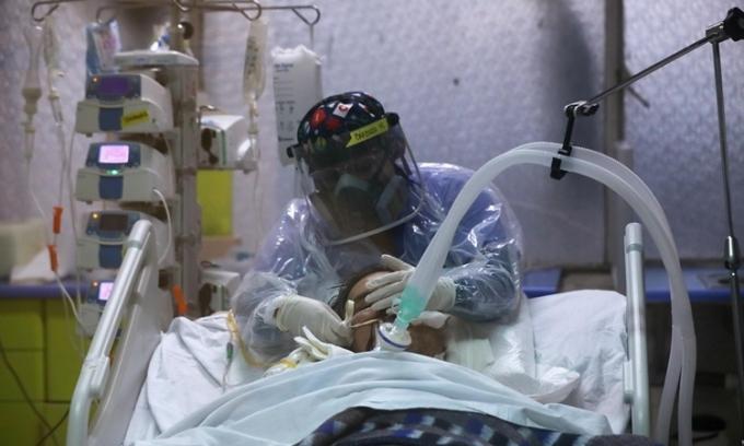 Nhân viên y tế chăm sóc bệnh nhân ở Santiago, Chile ngày 9/6. Ảnh: Reuters.