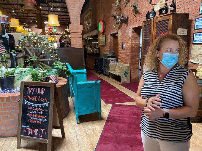 Tish Keller, chủ nhà hàng Triple J, thành phố Lubbock, Texas,lo lắng trước quy định phòng dịch mới của chính quyền hôm 26/6. Ảnh: Reuters