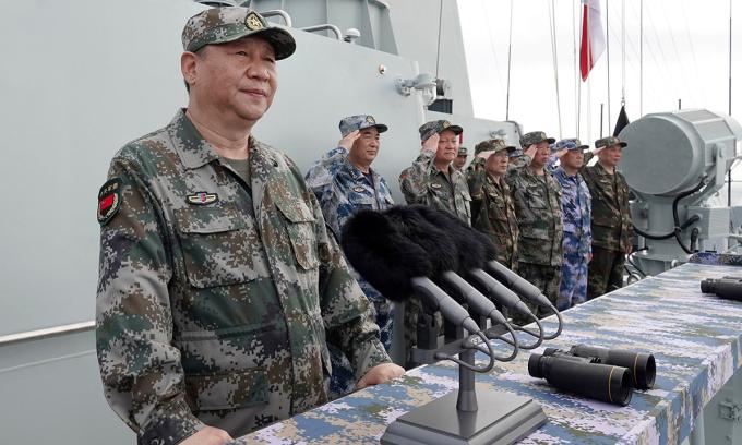 Chủ tịch Tập Cận Bình chỉ huy tập trận trên Biển Đông năm 2018. Ảnh: AP.