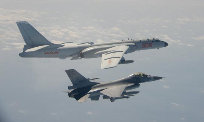 Tiêm kích F-16 của Đài Loan áp sát oanh tạc cơ H-6 của Trung Quốc (màu trắng bạc) tiến vào không phận hồi tháng 2. Ảnh: Reuters.