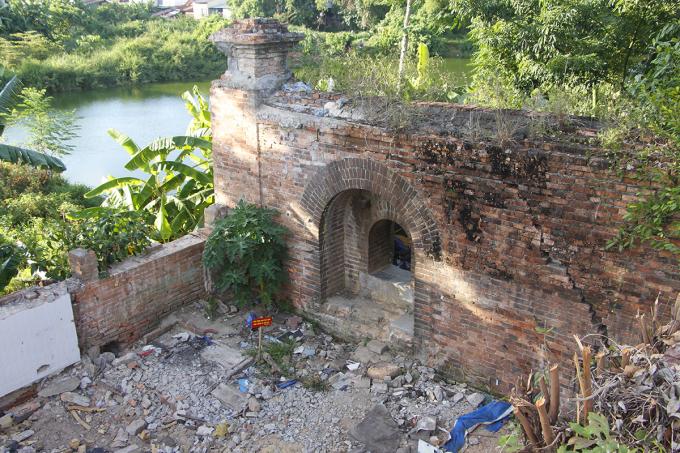 Cổng thành cao khoảng 1m vừa được phát hiện sau khi nhà một hộ dân giải tỏa. Ảnh: Võ Thạnh