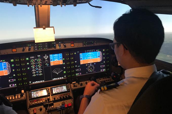 Phi công huấn luyện trong buồng lái mô phỏng của Vietnam Airlines. Ảnh: Anh Duy.