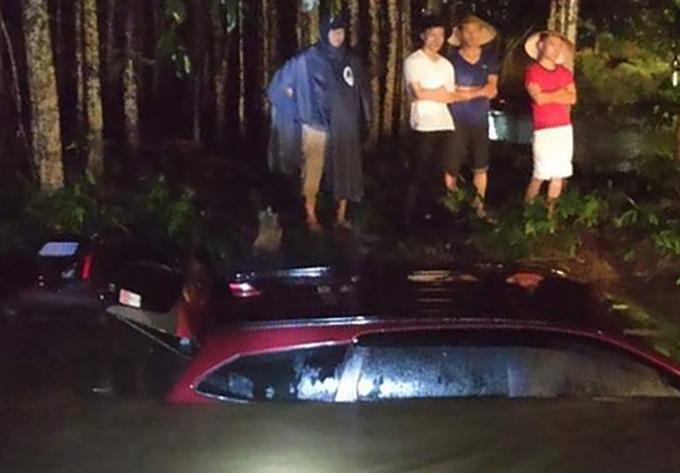 Hai ôtô bị nước cuốn xuống suối