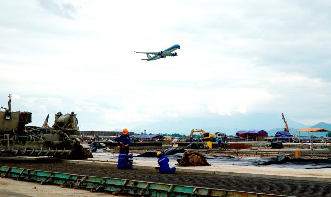 Đường băng, đường lăn sân bay Nội Bài trong một lần được sửa chữa trước đây. Ảnh: Anh Duy
