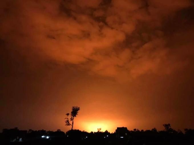Đám cháy kèm nhiều tiếng nổ trong đêm