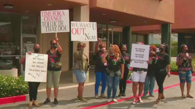 Người biểu tình da màu tập trung bên ngoài tiệm nail Tips&Toes của bàHanh (Hannah) Phan ở thành phốCarson, bang California, hôm 27/6. Ảnh: CBS Los Angeles