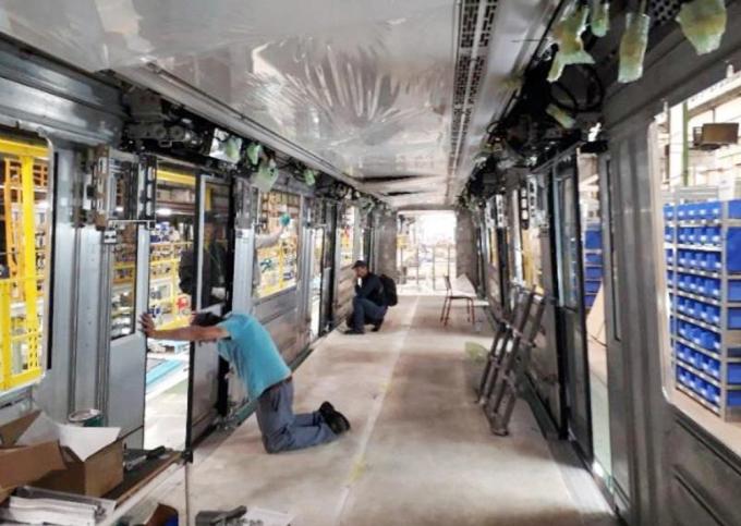 Bên trong khoang tàu, nhân viên đang căn chỉnh, bổ sung các thiết bị. Ảnh: MRB