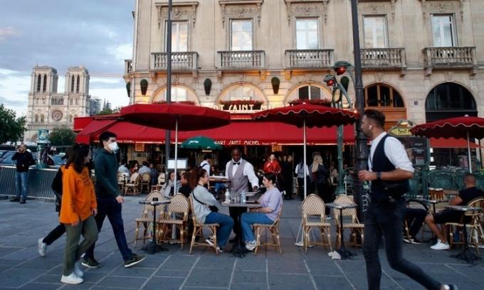 Một quán cà phê ở Paris, Pháp, mở cửa đón khách ngày 15/6. Ảnh: AP.