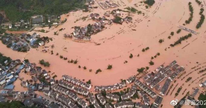 Ôtô ngập sâu trong nước lũ hạ lưu đập Tam Hiệp