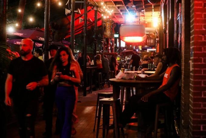 Người dân vui chơi trong quán bar và nhà hàng ở St. Petersburg, bang Florida, hôm 26/6. Ảnh: New York Times.