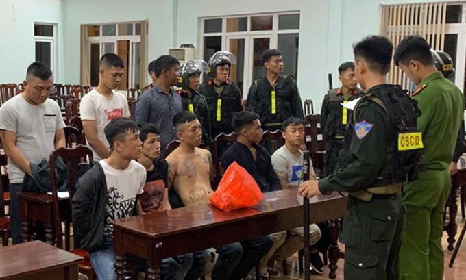 Một số thanh niên trong hai nhóm hỗn chiến bị cảnh sát bắt giữ tại hiện trường. Ảnh: Ngọc Oanh.