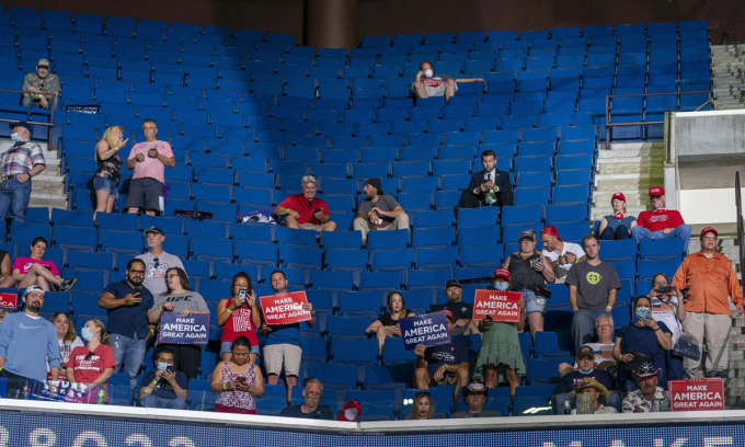 Những hàng ghế trống tại buổi vận động tranh cử của Trump ở Tulsa, Oklahoma, hôm 20/6. Ảnh: NYTimes.