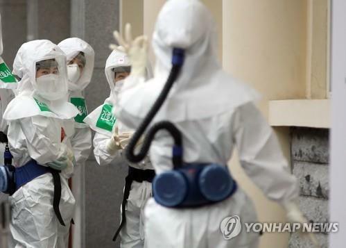 Các nhân viên y tế bên ngoài khoa điều trị Covid-19, beehj viện Daegu Dongsan, thuộc đại học Keimyung, thành phố Daegu, Hàn Quốc, hôm 17/4. Ảnh: Yonhap