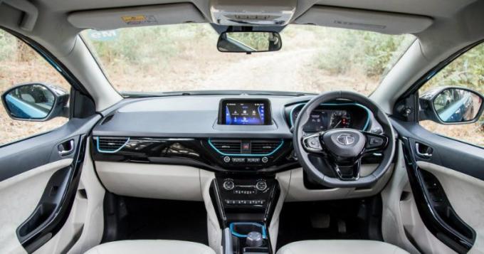 Nội thất tông sáng, kết nối Apple CarPlay và Android Auto. Ảnh: Tata