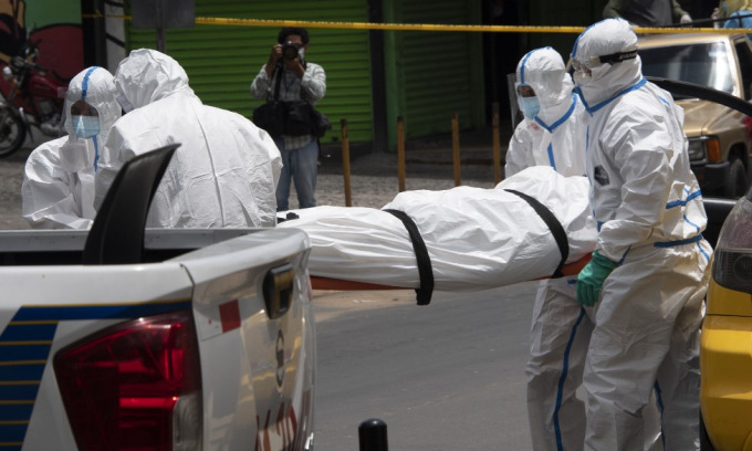 Nhân viên y tế chuyển xác một người chết trên đường tới bệnh viện ở El Salvador hôm 29/6. Ảnh: AFP.