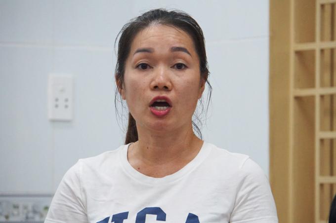 Bà Nguyễn Thị Thu Huệ, đại diện phụ huynh trường Tiểu học Trần Văn Ơn nêu những bức xúc của cha mẹ học sinh về các khoản học phí của trường. Ảnh: Mạnh Tùng.