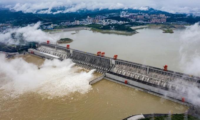 Hai đập tràn của đập Tam Hiệp xả lũ hôm 29/6. Ảnh: Xinhua.