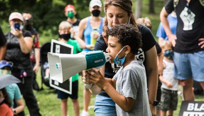 Bé 8 tuổi tổ chức tuần hành vì người da màu