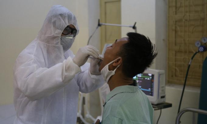 Nhân viên Y tế diễn tâp thu thập mẫu nước bịt của bệnh nhân tại Nghệ An. Ảnh: Nguyễn Hải