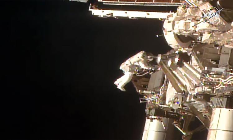 6 giờ đi bộ ngoài không gian của phi hành gia NASA