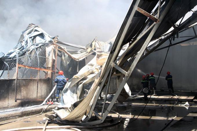 Cháy công ty gỗ dưới đường điện cao thế