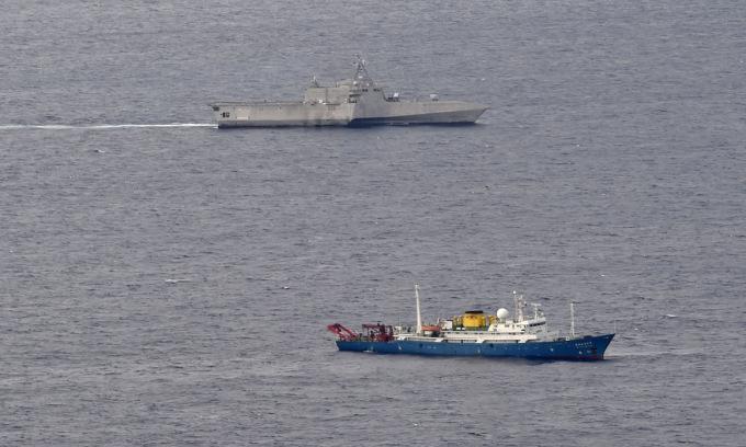 Chiến hạm Mỹ bám theo tàu thăm dò Trung Quốc trên Biển Đông