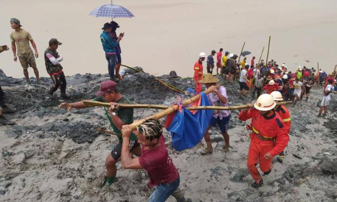 Lực lượng cứu hộ di chuyển một thi thể tại hiện trường vụ sạt lở mỏ ở Myanmar hôm nay. Ảnh: MFSD.