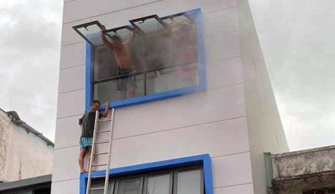 Cứu 7 người trong căn nhà ba tầng bốc cháy