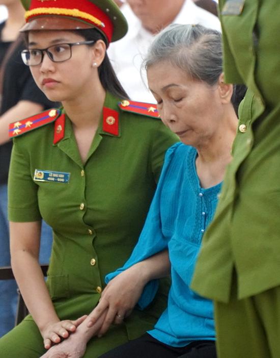 Bị cáo Hồng Hoa sau khi nghe tòa tuyên án tử hình con gái mình. Ảnh: Phước Tuấn.