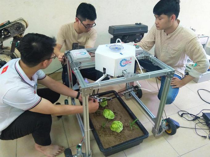 Nhóm nghiên cứu chỉnh sửa lại hệ thống phun sương để robot xịt thuốc diệt cỏ chính xác hơn. Ảnh: NX