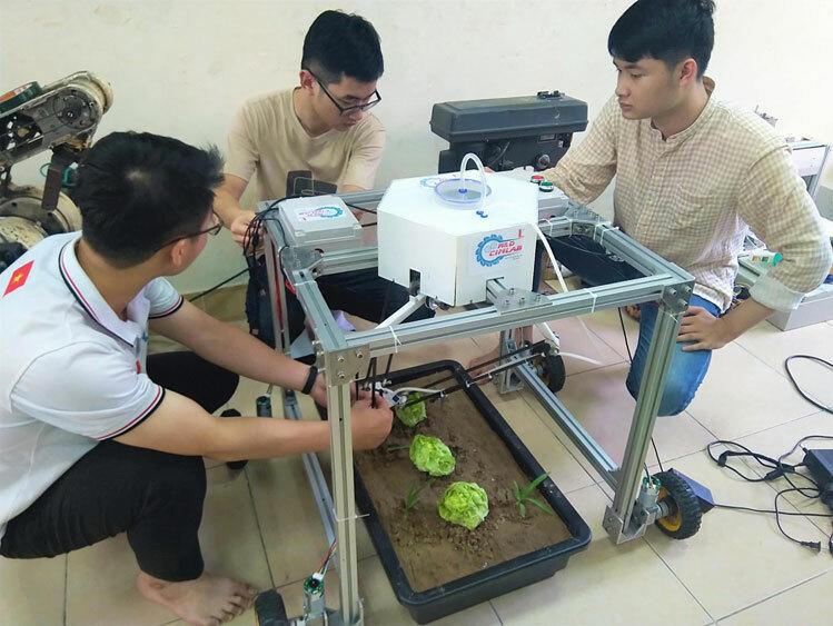 Sinh viên chế tạo robot diệt cỏ 3 m2/phút