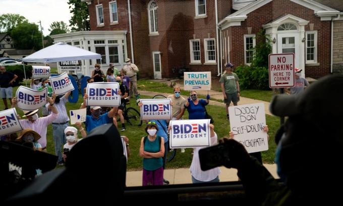 Những người ủng hộ Joe Biden tập trung ở bên đường khi đoàn xe của Trump tới Wisconsin, tháng trước. Ảnh: NYTimes.
